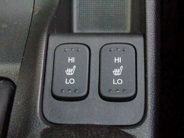運転席と助手席には、【シートヒーター】が装備されています。温度調整も「Hi/Low」の切り替えができお好みの設定で快適なドライブを楽しめます。腰から下が暖まると、暖房よりも体があったまりますよ。