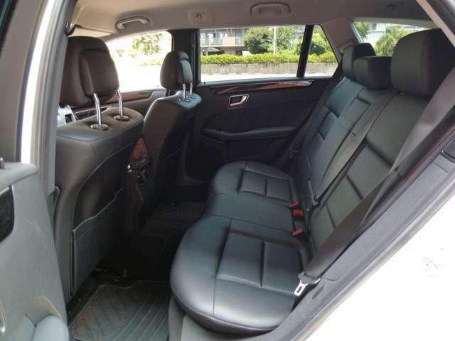 十分な広さを確保したリアシートでロングドライブも快適です!シートヒーターも装備しています!