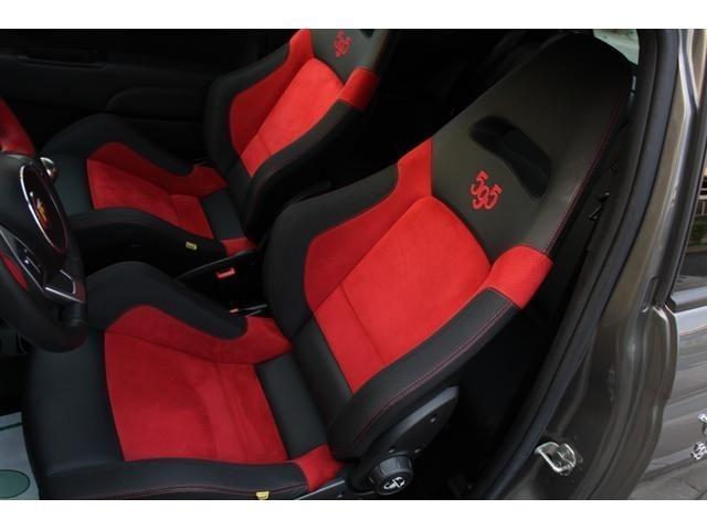 フロント左右にシートベルトのブランドとして有名なサベルト製の、ヘッドレスト一体型のレザー/アルカンターラ・バケットシート!シートのバックレストには「595」のロゴが入っています!