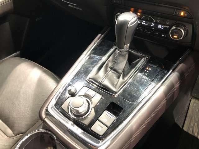 【MTモードつきオートマ】シフトのプラスマイナスの操作でギアチェンジが可能。またホールド機能付き電子パーキングブレーキ装備し、長めの信号停車等にも役立ちます。