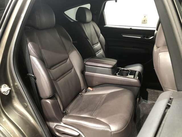 【セカンドシート】SUVでは珍しい左右独立したセカンドシート。高級車顔負けな上質空間で快適なドライブを。