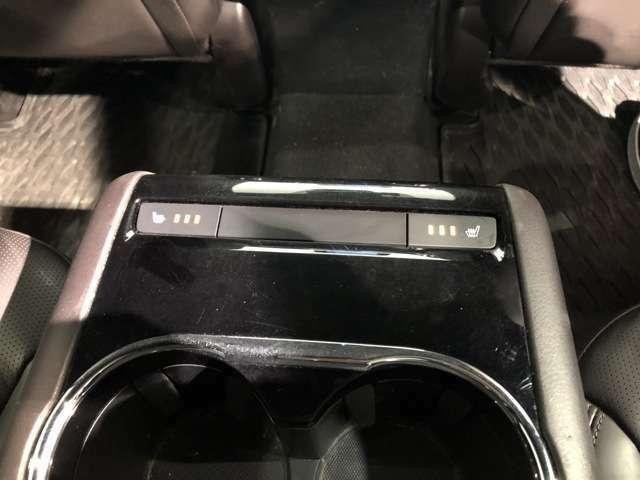 【シートヒーター】独立したセカンドシートのアームレストに設置されたシートヒータースイッチ。