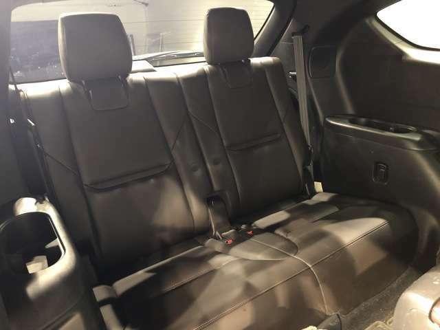 【サードシート】お世辞にも広いとは言えないサードシートだがフラットに格納可能なシートは多様性に富む。