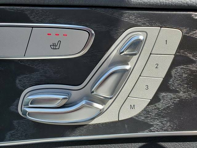 レザーシートには重宝する【シートヒーター】付き。冬場にとても大活躍!! 複数のシートポジションが登録できる【シートメモリー】もついております。