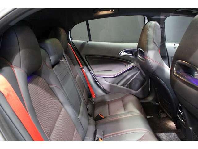 後席はゆとりあるスペースが広がっておりますのでストレスなく、お乗り頂けます。