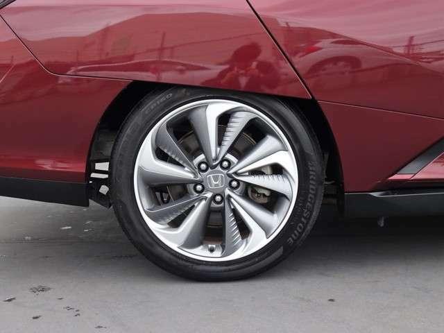 純正アルミホイール付です。タイヤサイズは 235-45R18 です!