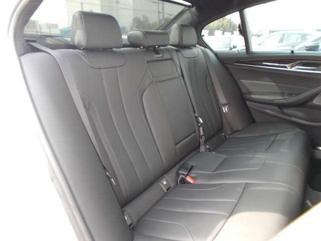 フルレザー仕様(運転席・助手席にはシートヒーター機能付)で、運転席・助手席は共にシートヒーター機能が付いております。また室内はウッドパネルを採用しており、ワンランク上のグレードの高級感です。