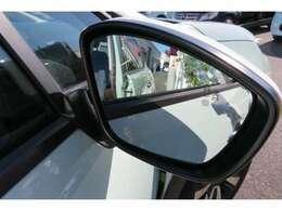 ブラインドスポットモニターとは、運転席側、助手席側、後方含む車外に位置する他の自動車を検出するシステムです。運転者の死角をサポートしてくれるので大変助かる装備です。
