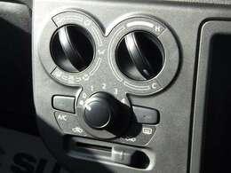 大きなレバーで操作もしやすいです。使い勝手の良いマニュアルエアコンです。