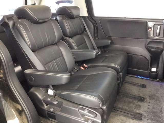 オットマン付きのキャプテンシートで、リアシートもゆったりと快適に座っていただけます。後部座席には、プライバシーガラスを装備しています。プライバシーの確保はもちろん、冷暖房の効果もUPします。