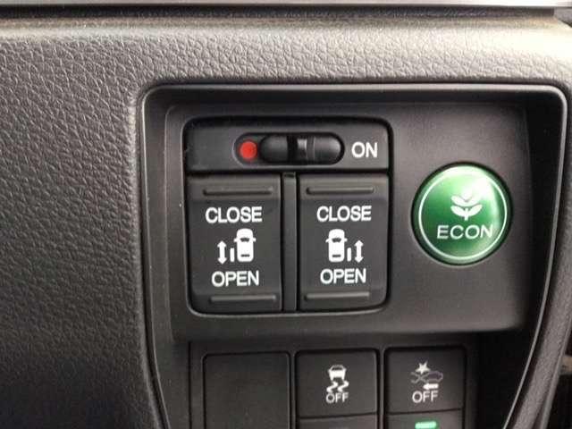 両側パワースライドドアは、ドライバーシートからスイッチで開閉可能です。