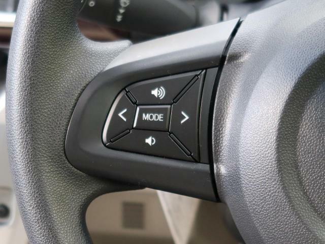【ステアリングスイッチ】ナビのオーディオの簡単な操作ならこちらのハンドルにあるスイッチでOK!視点を変えることなく調整できますね!