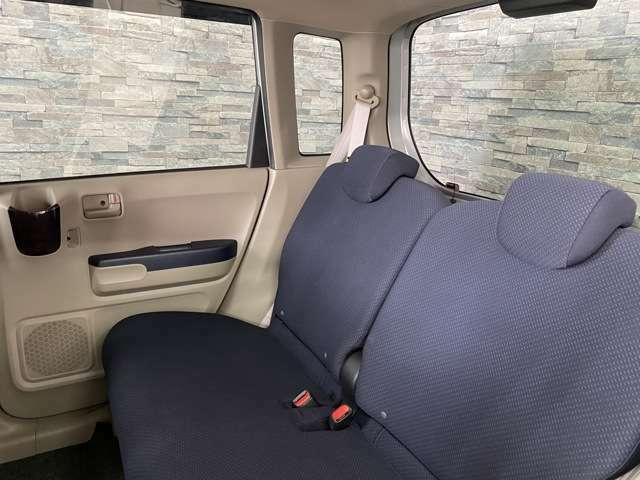 後部座席側もとても広々としていて快適に過ごして頂けます。