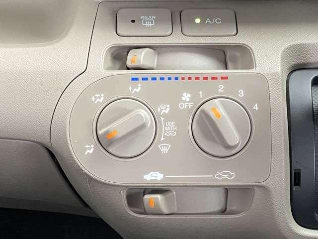 操作がしやすいマニュアルエアコンを搭載しています!