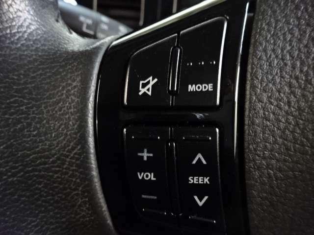 【オーディオコントロールスイッチ】ステアリング左側に設置されていて、音量調整やオーディオソースの切り替えができます。