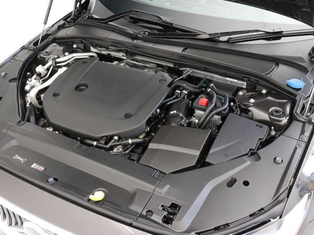 制動時に48Vバッテリーに回収した運動エネルギーを、直噴ガソリンターボ+スーパーチャージャーエンジンをアシストするブースト機能に再利用する先進の48Vハイブリッド。300ps/420Nm(カタログ値)の高出力を実現。