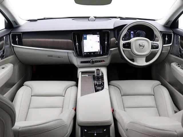優雅さや洗練性を損なわないまま高い実用性を実現し、美しいスカンジナビアン・デザインで包み込んだV90。さらにB5 AWDでは新開発の48Vハイブリッドシステムを追加、かつてない上質感と燃費性能を実現しました。