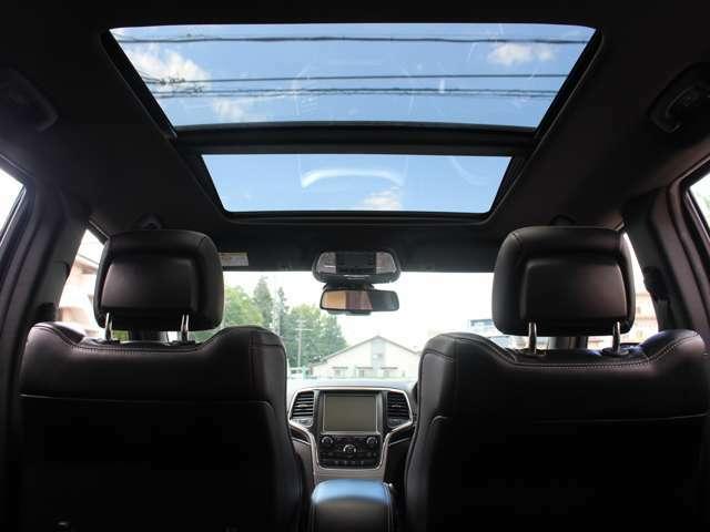 パノラミックサンルーフも装備されております。晴れの日はとても開放感あふれる車内となります。