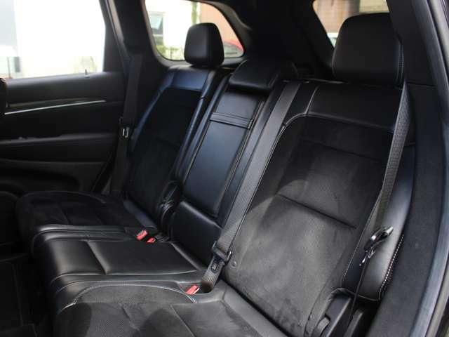 上級グレードSRT8には、セカンドシートにもシートヒーターが標準装備されております。