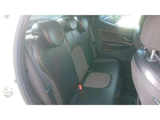 こんなに小さな車なのに、後部座席は大人が2人きちんと座れるので凄いです。大柄な方は無理ですが・・・