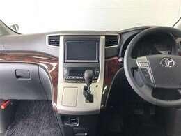 使いやすくまとまった運転席周り。ウッドデザインがとてもおしゃれですね♪