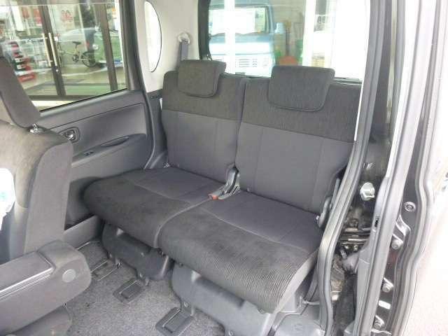 足元広々なリアシートも快適で十分なスペースを確保してます。