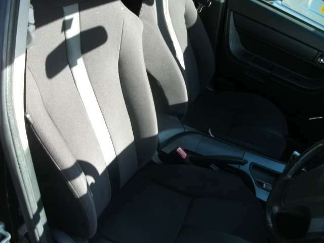 フロントシートです。年式の割になかなか綺麗な状態です。 レカロ調の 洒落たシートが 運転席 助手席に ついてます。
