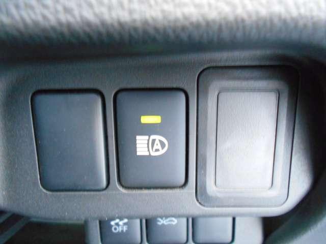 ハイビームアシスト。周囲の明るさや、先行車、対向車の有無に応じて、自動でハイビームとロービームを切り替える便利な機能です。