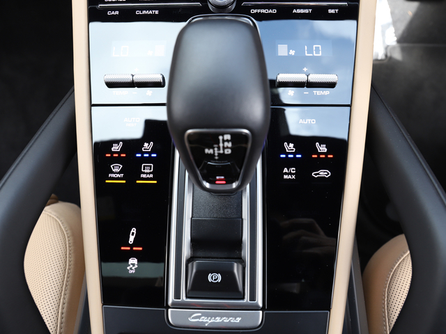 8速ティプトロニックSには、特徴としてワイドレシオが採用され、燃料消費の低減とともに快適性と俊敏性の向上をもたらします。