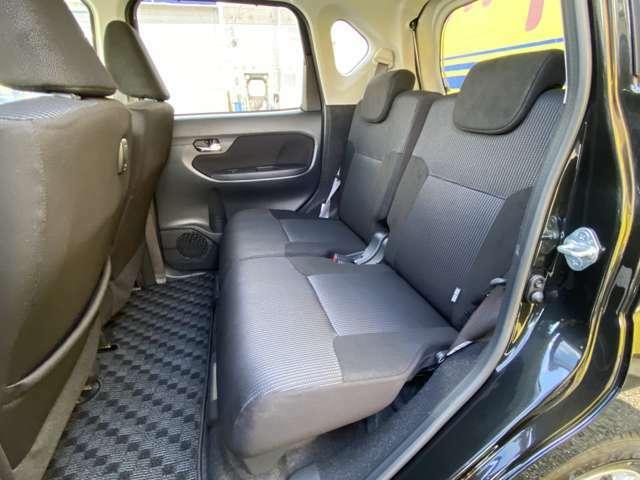 リヤシートも前後に可動します。