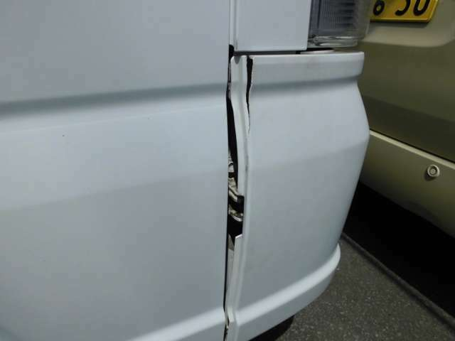 フロントバンパー外れ裂けあり。修理・要交換。
