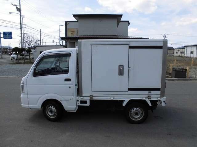 三方開きトラックを保冷庫搭載に改造しております。