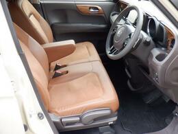 フロントシートも状態良好です、シートリフター付きで、座席の高さ調整ができます。