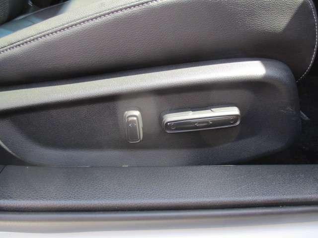 電動シートでドライビングポジションも楽に設定できます。