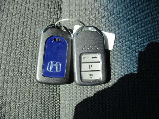 ★スマートキー装備車★ カギを取り出す必要はございません!カギを出さなくても、ドアロックの施錠開錠ができ、エンジン始動もできます!オススメの装備です!