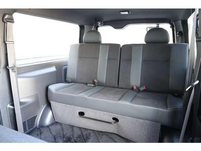 3列目ダークプライムシートデザイン!セパレートリクライニングベンチシート!スライド機能、取り外し機能有り!車輌持ち込みにて内装施工も出来ます!