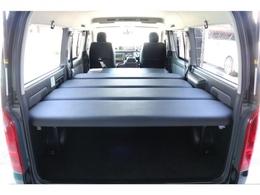 FLEXオリジナルの高さ調整可能なベットキットが装着されておりますので車中泊・アウトドアと大活躍です!