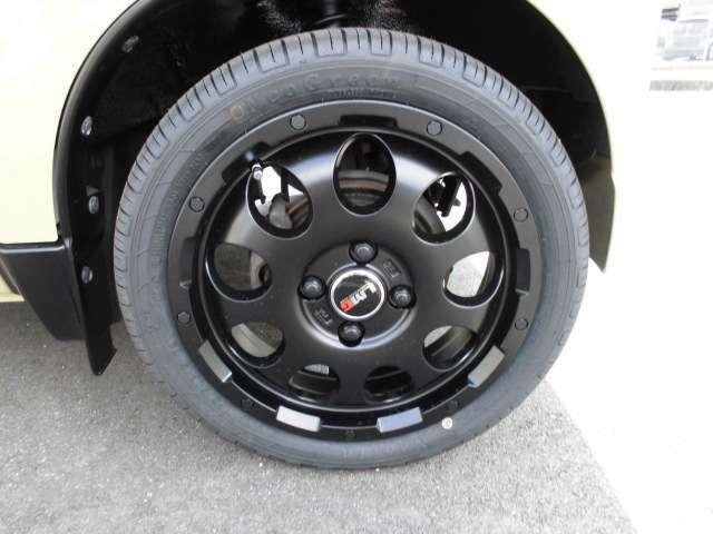 オフロードスタイルのマッドブラックの新品アルミホイールに新品の165-55-14のタイヤを装着!