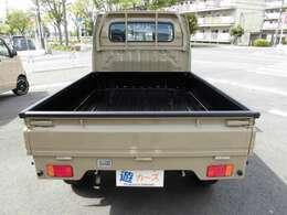 荷台のボディ内はマッドブラックにペイントしてます!アオリには傷防止のゲートプロテクターを装着してます。