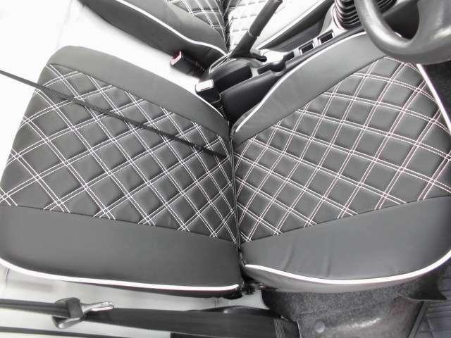 ダイヤステッチのブラックのレザーシートカバーを取り付け内装に高級感を出してます!