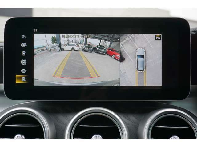 【360°カメラシステム】4つのカメラにより、車両周囲を俯瞰で確認することができます。カメラの呼び起しは手動でも可能ですので、狭い道でも安心してお乗りいただけます。