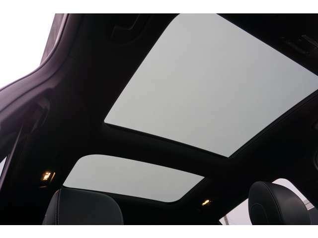 【ガラス・スライディングルーフ】紫外線を効果的に遮るUVカットガラスを採用し、ウインドデフレクターも装備しています。ワンタッチ開閉機能、挟み込み防止装置も備わります。