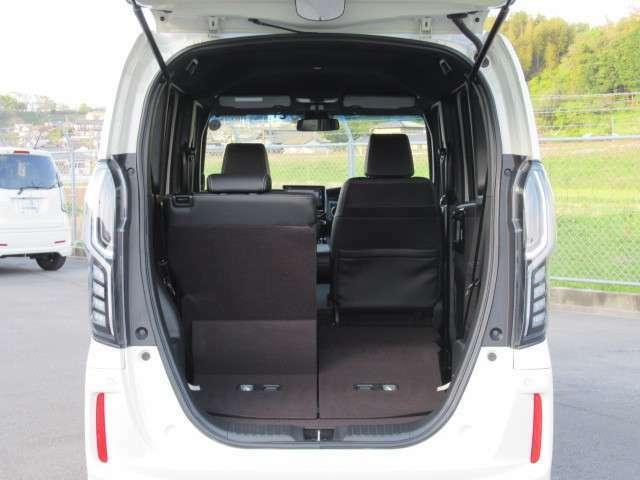 席を倒せば広々とした空間の出来上がり、荷物がたくさん載せられますよ。