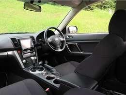 内装の状態:ダッシュボードには若干のヒビはございますが、状態は良い部類に入るお車です。シートの状態も良くとても綺麗な内装です。