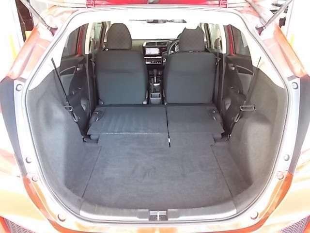 リヤシートはフラットに倒せますので大きなお荷物も積載可能です。