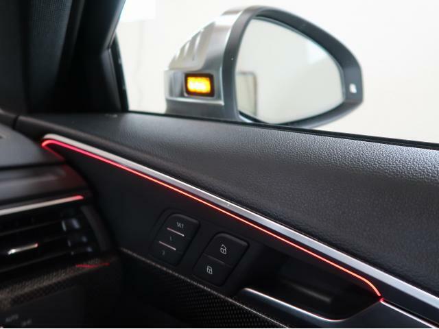 〈サイドアシスト〉斜め後方の死角エリアに車両などがいる場合、サイドミラーの内側が点灯して警告を促します