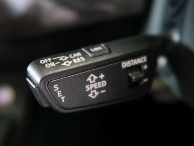 〈アダプティブクルーズコントロール〉自車の速度と前車との車間距離を設定し、その範囲で自動追従するシステムです