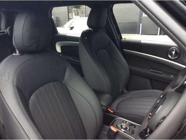 スポーツシートはバケット並みの深いサイドサポートとオットマンが特徴です。しっかりと体幹を保持してくれるシートで長時間の運転も快適です。