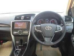 運転席に座ると、まず目に飛び込んでくるきれいなメーターパネル♪ 高級感が漂ってきますね。。。