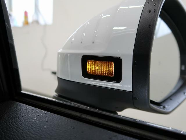 ●アウディサイドアシスト『後方の死角を並走する車両を検知しドアミラーの内側のLEDが点灯。ドライバーに注意を促し事故を未然に防ぐシステムです。』